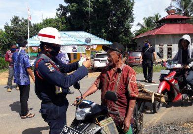 PT. Jhonlin Baratama Lakukan Sosialisasi Covid-19 dan Bagikan Masker Gratis ke Masyarakat Satui